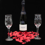 Copas grabadasCopas de vino grabadas, incluyendo pétalos de tela y una botella de Rioja.